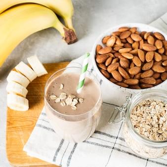 Gezond ontbijt smoothie banaan havermout amandelmelk op witte achtergrond