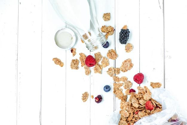 Gezond ontbijt van granen, bessen en melk