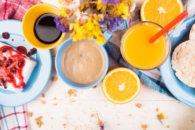 Gezond ontbijt. verschillende assortiment set. sinaasappelsap, granola, koffie en fruit.