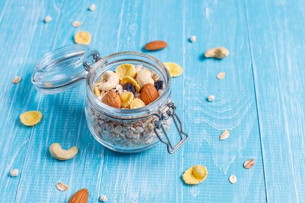 Gezond ontbijt. verse muesli, muesli met noten en bevroren bessen. bovenaanzicht. kopieer ruimte.