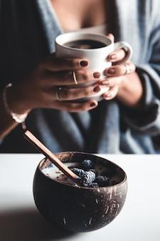 Gezond ontbijt, yoghurt met vijgen in een kokosnootkom. de juiste start van de dag.