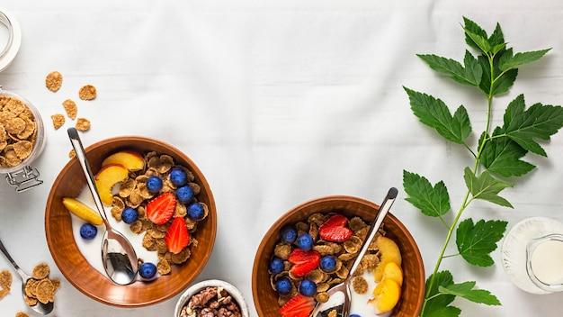 Gezond ontbijtgranen met fruit op de zomertafel met een wit tafelkleed