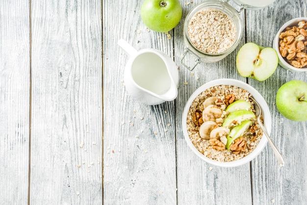Gezond ontbijthavermeel met noten en fruit