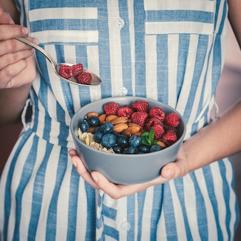 Gezond ontbijtkom eten