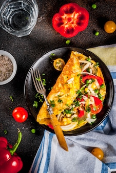 Gezond ontbijtvoedsel, gevulde eiomelet met groenten