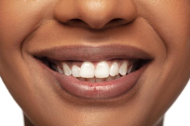 Gezond. portret van mooie afro-amerikaanse vrouw geïsoleerd op witte studio
