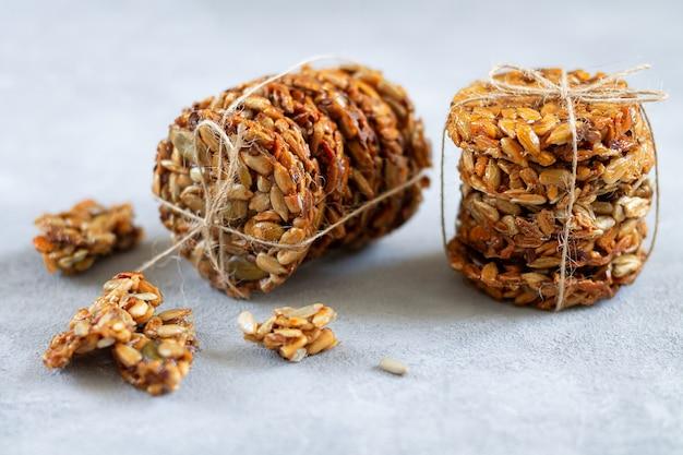 Gezond rauw vegetarisch glutenvrij dessert met biologische zaden en honing