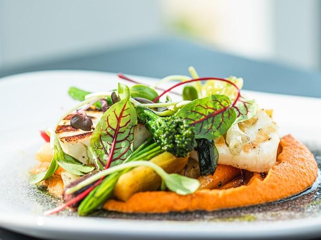 Gezond recept biologisch voedsel en vegetarisch salademenu in luxe restaurant warme groenten met chee...