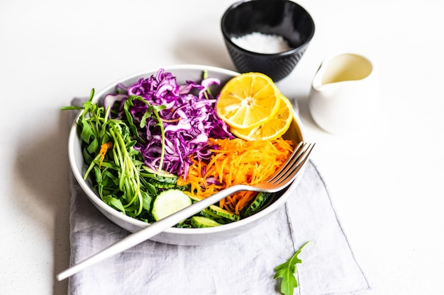 Gezond saladeconcept met ruwe en verse groente in een kom op concrete oppervlakte
