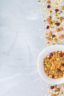 Gezond schoon eten, diëten en voeding, fitness, evenwichtige voeding, ontbijtconcept. zelfgemaakte muesli muesli met ingrediënten op een tafel. bovenaanzicht plat lag kopie ruimte achtergrond