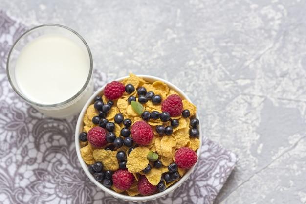 Gezond smakelijk ontbijt: kom met cornflakes.