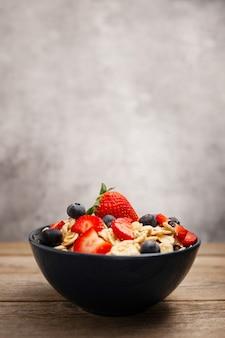 Gezond speltontbijt met aardbeien en bosbessen