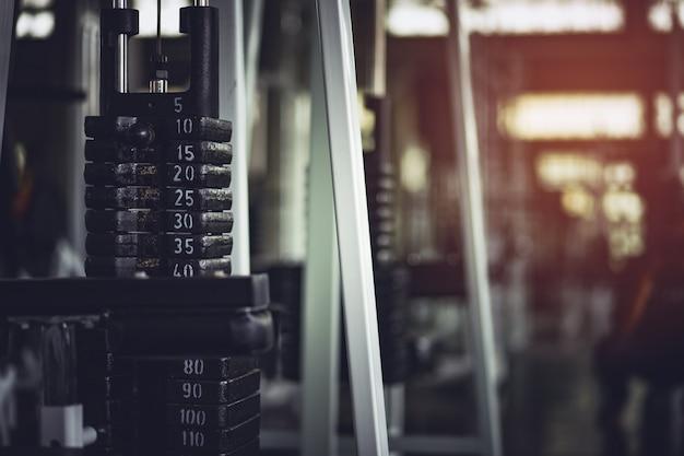Gezond, sport, lifestyle, fitnessconcept. gym- en haltertraining.