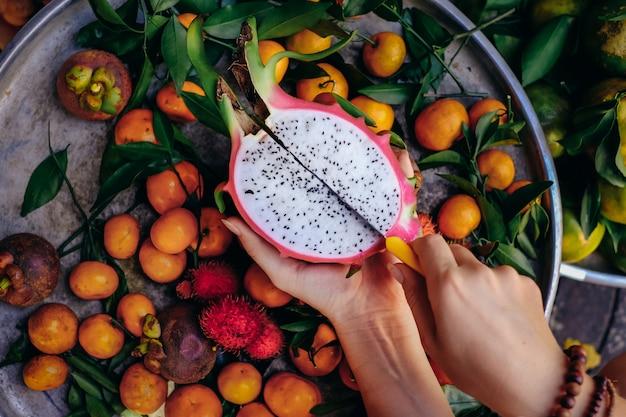 Gezond tropisch fruit en ingrediënten van bovenaanzicht