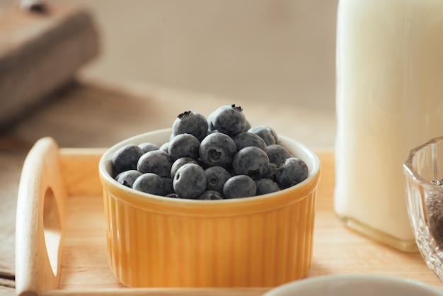 Gezond veganistisch ontbijt. gebottelde melk met chia, amandel, vers fruit en bessen over houten tafel achtergrond, kopieer ruimte. schoon eten, gewichtsverlies, vegetarisch, raw food concept