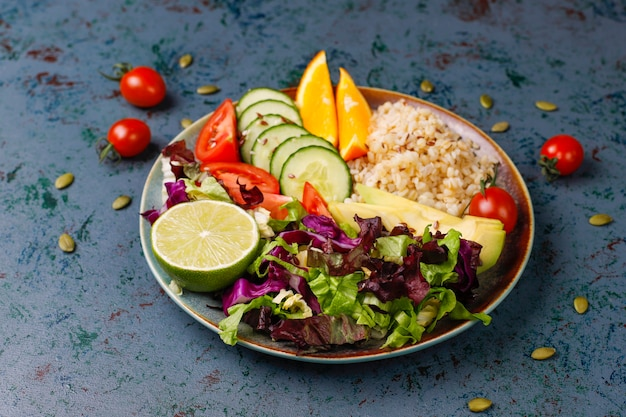 Gezond vegetarisch uitgebalanceerd voedselconcept, verse groentesalade, de kom van boedha