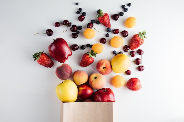 Gezond vegetarisch veganistisch schoon voedsel in papieren zak met fruit