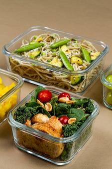 Gezond verpakt voedsel met hoge hoek