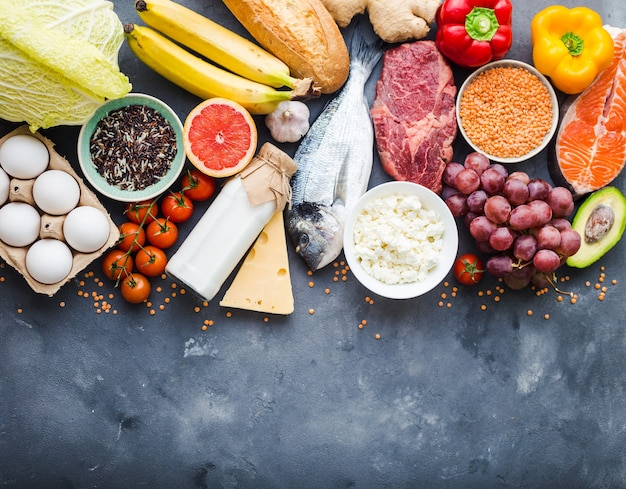 Gezond voedingsconcept. evenwichtige gezonde voeding voedsel achtergrond. vlees, vis, groenten, fruit, bonen, zuivelproducten.