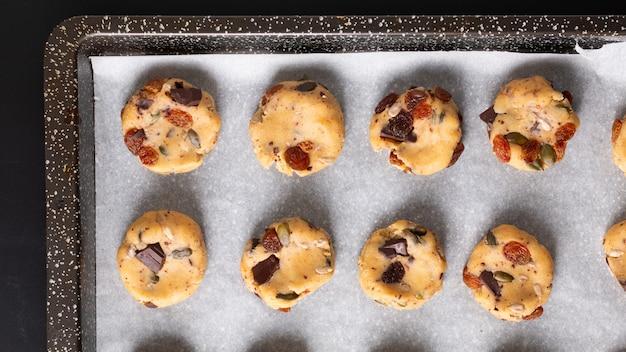 Gezond voedsel concept ruwe dougn van homemade trail mix biologische hele granen energie cookies in de bak pan met kopie ruimte