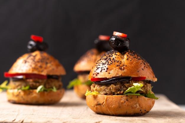 Gezond voedsel concept zelfgemaakte mini-hamburgers op een houten bord
