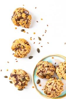 Gezond voedsel concept zelfgemaakte trail mix biologische hele korrels energie cookies op witte achtergrond met kopie ruimte