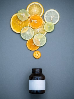 Gezond voedsel en geneeskundeconcept. gemengde citrusvruchten gesneden op grijze achtergrond plat lag.