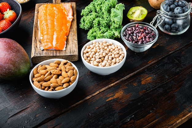 Gezond voedsel op donkere houten achtergrond