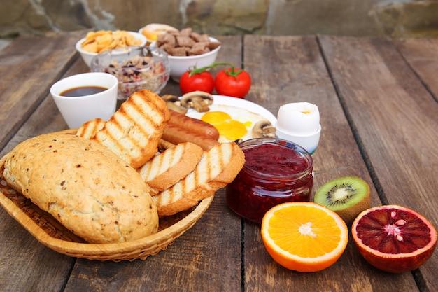 Gezond voedsel op oude houten achtergrond. ontbijt.