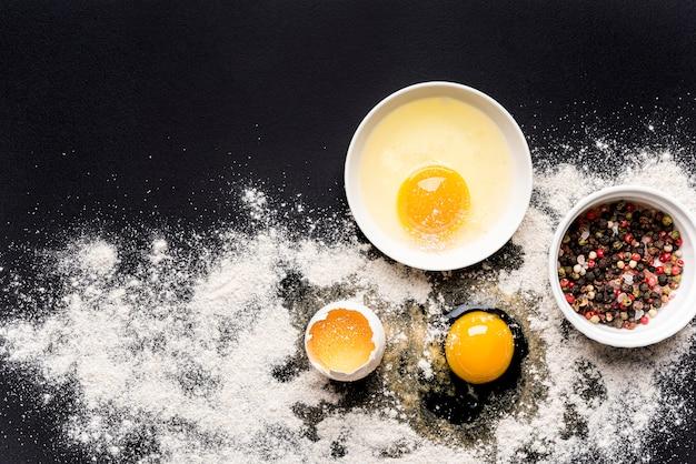 Gezond voedselconcept met eieren en kruiden