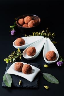 Gezond voedselconcept zelfgemaakte chocoladetruffel op zwart