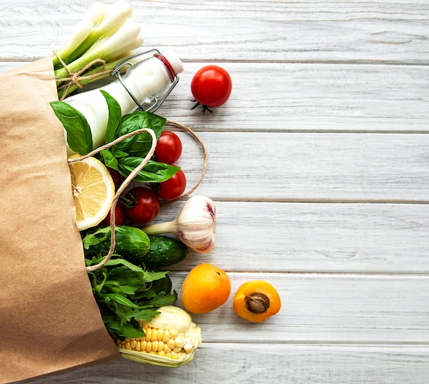 Gezond voedseloppervlak. gezond eten in papieren zak, groenten en fruit. winkelen voedselsupermarkt en schoon veganistisch eetconcept.