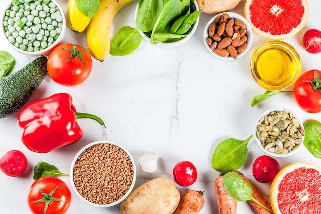 Gezond voedseloppervlak, trendy alkalische dieetproducten - fruit, groenten, granen, noten.