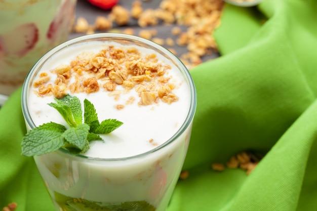 Gezond zomerontbijt. pot met muesli, yoghurt en aardbei