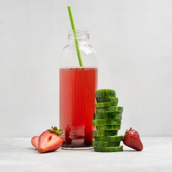 Gezonde aardbeien- en komkommerdrank