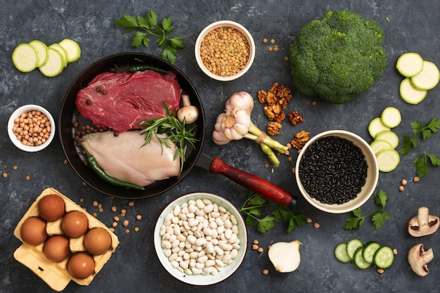 Gezonde achtergrond met een dieet voedsel bovenaanzicht set van verschillende dieetvoeding