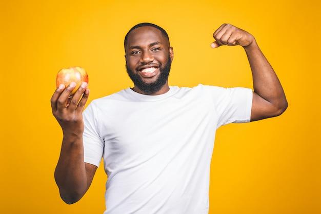 Gezonde afro-amerikaanse man met een appel