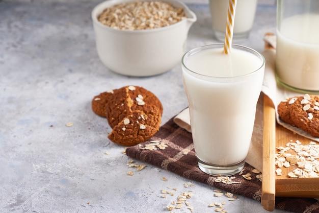Gezonde alternatieve melk. zelfgemaakte eiken melk in glas en fles op lichte tafel lactose gratis copyspace