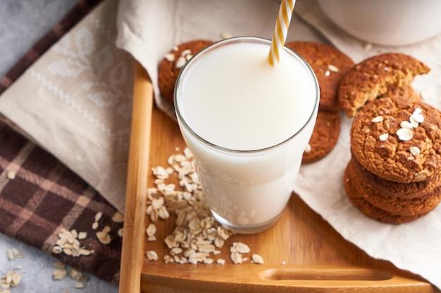 Gezonde alternatieve melk. zelfgemaakte eiken melk in glas en fles op lichte tafel lactose vrij close-up