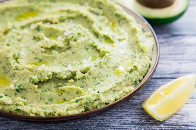 Gezonde avocadohummus met olijfolie. vegetarisch concept. selectieve aandacht