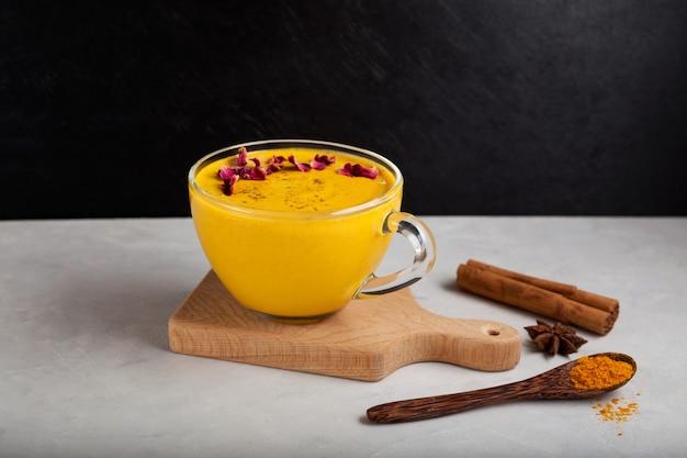 Gezonde ayurvedische drank gouden amandelmelk of kurkuma latte met kurkumapoeder