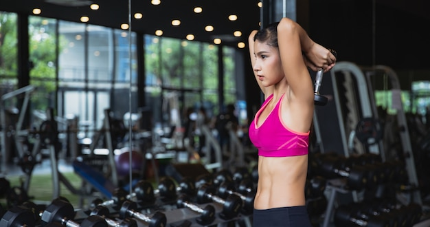 Gezonde aziatische vrouwentraining in gymnastiek