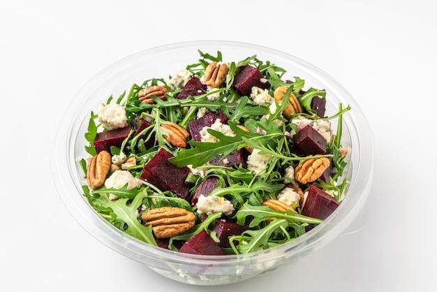 Gezonde bieten- of bietensalade in plastic verpakking om mee te nemen of eten te bezorgen