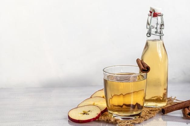 Gezonde biologische drank. appelcider in een glas en verse rode appels.