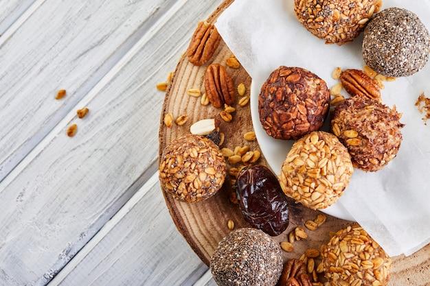 Gezonde biologische energieballetjes met muesli, noten, cacao, chia en honing