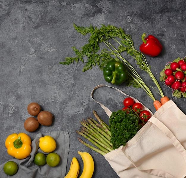 Gezonde biologische groenten en fruit in herbruikbare katoenen tas, milieuvriendelijke levensstijl en winkelen, geen afval