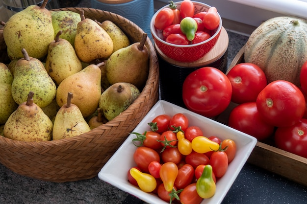 Gezonde biologische peren en tomaten
