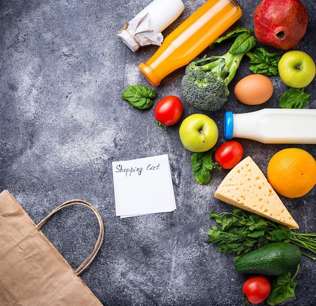 Gezonde biologische producten met papieren zak