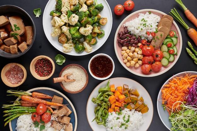 Gezonde biologische tofu en rijst boeddha-kom met groenten.