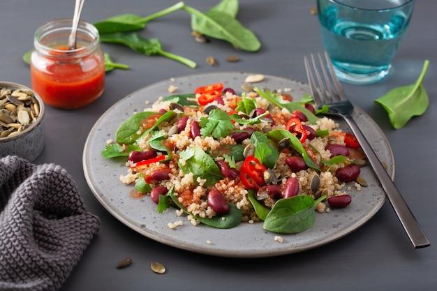 Gezonde bonen en quinoa salade met spinazie, chili